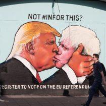 G266MN Satirical street art showing Donald Trump kissing Boris Johnson, to encourage people to vote in the 2016 EU referendum.